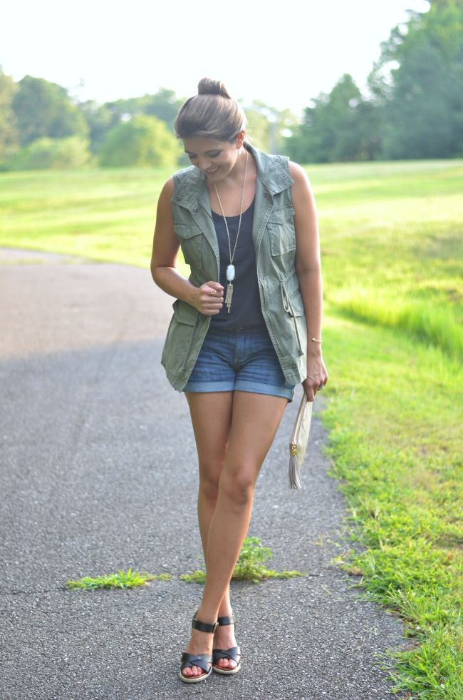 ways to wear a utility vest for summer via @fizzandfrosting