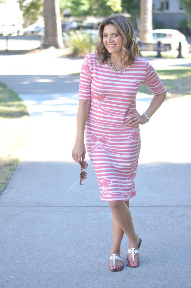 bow and stripe dress via @fizzandfrosting