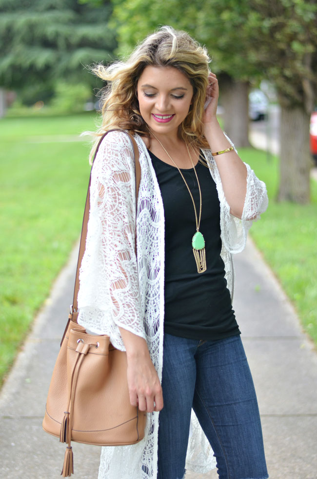 casual boho look - white open knit kimono with black tank and skinny jeans | www.fizzandfrosting.com