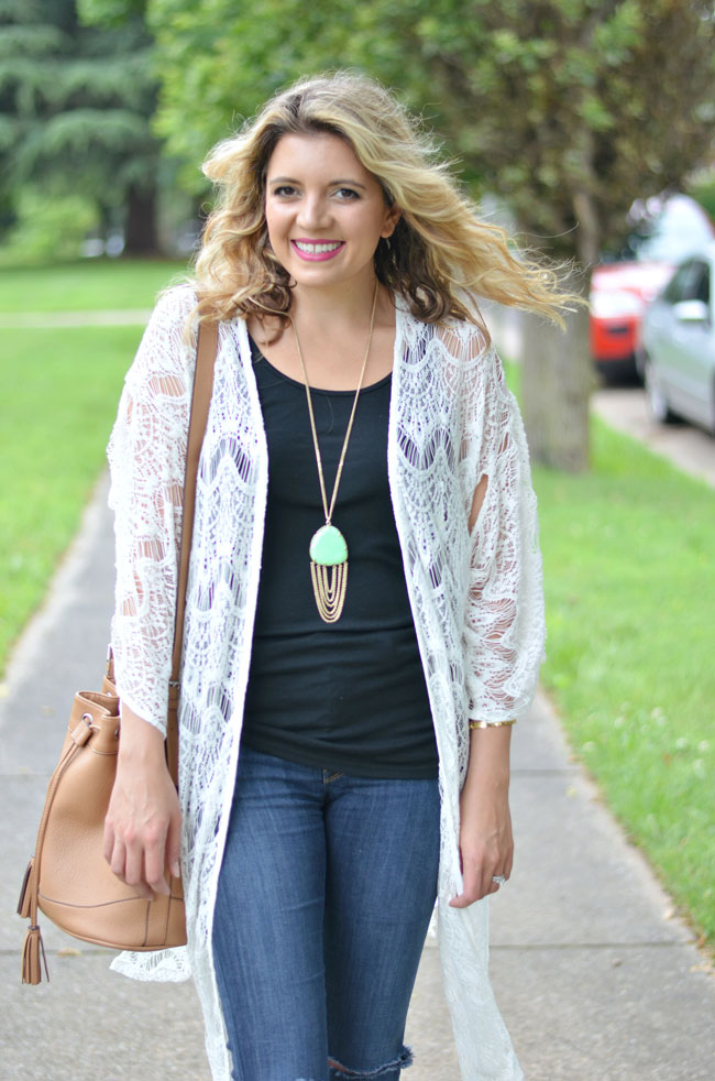how to wear a kimono - long white kimono with black tank and skinny jeans | www.fizzandfrosting.com