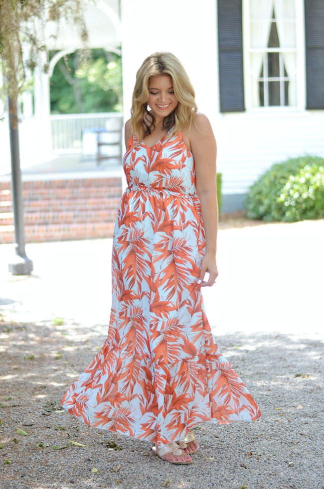 chic summer outfit - palm print maxi dress | www.fizzandfrosting.com
