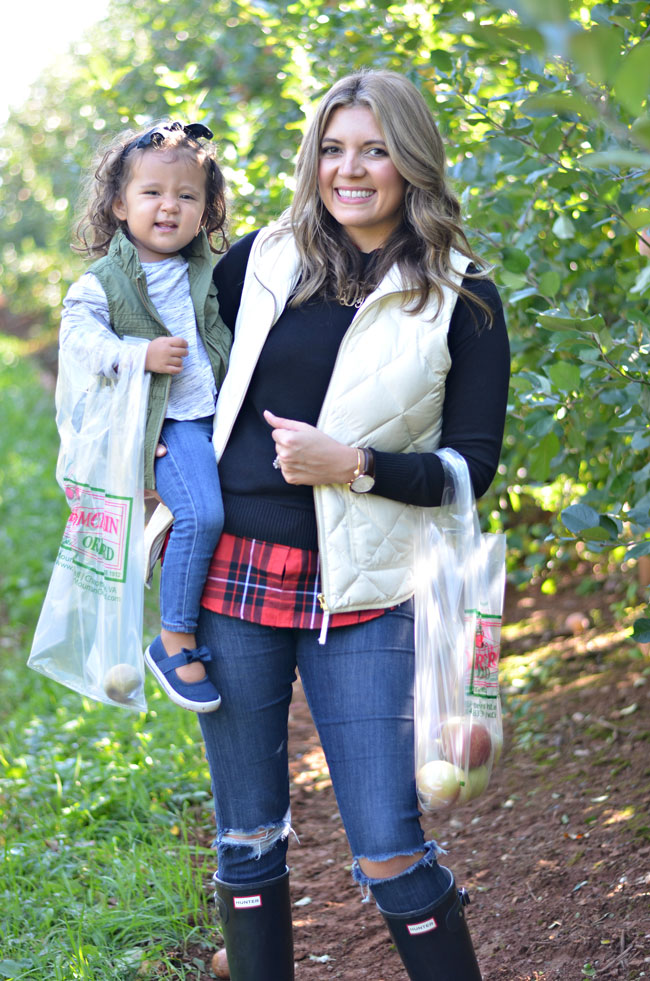 apple orchard outfits - mommy and me style - toddler girl and mom outfits for fall | www.fizzandfrosting.com